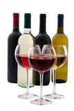 Garrafa e vidros de vinho vermelho e branco no fundo branco Fotografia de Stock Royalty Free