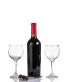 Garrafa fechada do vinho tinto e dos vidros isolados no backgr branco Imagem de Stock