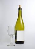 Garrafa fechado do vinho branco e de um vidro Imagem de Stock