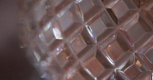 Garrafa lapidada com close-up da água video estoque