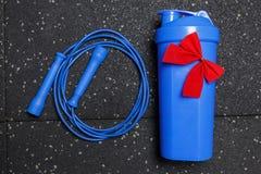 Garrafa para a corda da água e de salto no treinamento da aptidão Foto de Stock