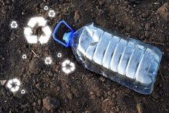 A garrafa plástica da bebida do ANIMAL DE ESTIMAÇÃO vazio e recicla sinais fotos de stock royalty free