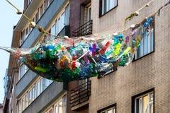 Garrafa plástica na reciclagem, gestão de resíduos fotos de stock