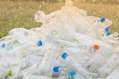 Garrafa que recicla no gramado fotos de stock royalty free