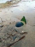 Garrafa quebrada na praia Fotografia de Stock Royalty Free