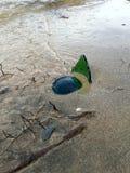 Garrafa quebrada na praia Imagem de Stock