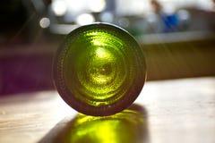 Garrafa vazia do vinho na mesa de cozinha Fotos de Stock Royalty Free