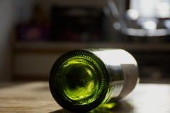 Garrafa vazia do vinho na mesa de cozinha Fotografia de Stock
