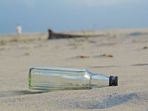Garrafa vazia na praia fotos de stock royalty free