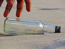 Garrafa vazia na praia imagens de stock