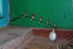 Garrafa velha no depósito soviético. Korosten. Ucrânia. imagens de stock