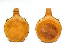 Garrafa velha retro do couro do vinho do vintage isolada no fundo branco Imagens de Stock Royalty Free