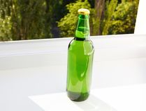 Garrafa verde, vista superior Foco seletivo Zombaria acima Copie o espaço molde blank foto de stock