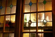 Garrafas atrás do vitral dourado imagem de stock royalty free