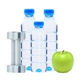 Garrafas azuis com água, pesos cromados da aptidão Imagem de Stock Royalty Free
