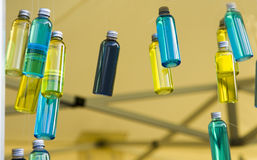 Garrafas azuis e amarelas com óleo da essência Fotografia de Stock Royalty Free