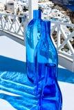Garrafas azuis no terraço branco de Cycladic em Santorini, Grécia Imagens de Stock