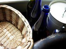 Garrafas azuis rústicas com cesta tecida Fotografia de Stock