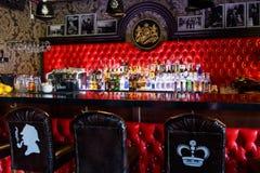 Garrafas borradas do álcool em uma barra fotografia de stock royalty free