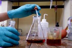 Garrafas cônicas no fundo químico do laboratório fotografia de stock