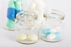 Garrafas com comprimidos coloridos Imagem de Stock
