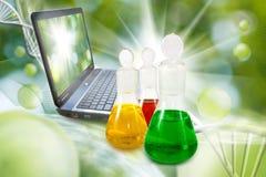 garrafas com líquido e portátil no fim do laboratório acima Fotos de Stock Royalty Free
