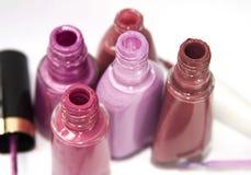 Garrafas cor-de-rosa do verniz para as unhas fotografia de stock