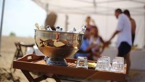 Garrafas da cerveja na praia no tempo do por do sol filme