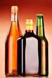 Garrafas das bebidas alcoólicas sortidos que incluem a cerveja e o vinho Fotografia de Stock