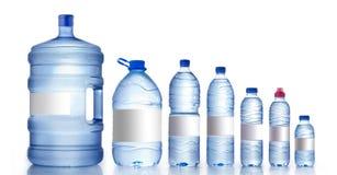 Garrafas de água diferentes isoladas no branco, Fotos de Stock Royalty Free