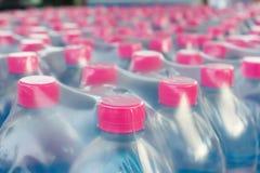 Garrafas de água engarrafadas na película de plástico Imagem de Stock