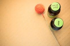 garrafas de óleos essenciais com etiquetas Foto de Stock Royalty Free