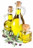 Garrafas de bagas do azeite e da azeitona no fundo branco imagens de stock royalty free