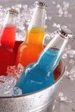 Garrafas de bebidas frescas na cubeta de gelo Fotografia de Stock