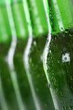 Garrafas de cerveja em seguido Fotografia de Stock Royalty Free
