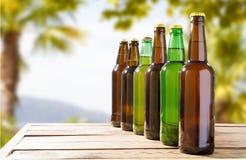 Garrafas de cerveja em uma tabela de madeira, bebida festiva imagens de stock