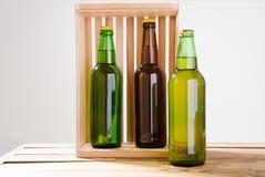 Garrafas de cerveja em uma tabela de madeira Vista superior Foco seletivo Zombaria acima Copie o espaço molde blank imagens de stock royalty free