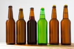 Garrafas de cerveja em uma tabela de madeira Vista superior Foco seletivo Zombaria acima Copie o espaço molde blank fotografia de stock