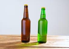 Garrafas de cerveja em uma tabela de madeira Vista superior Foco seletivo Zombaria acima Copie o espaço molde blank imagem de stock