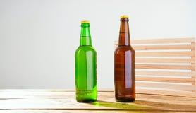 Garrafas de cerveja em uma tabela de madeira Vista superior Foco seletivo Zombaria acima Copie o espaço molde blank fotos de stock