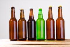 Garrafas de cerveja em uma tabela de madeira Vista superior Foco seletivo Zombaria acima Copie o espaço molde blank fotografia de stock royalty free
