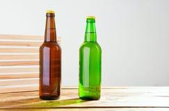 Garrafas de cerveja em uma tabela de madeira Vista superior Foco seletivo Zombaria acima Copie o espaço molde blank foto de stock