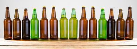 Garrafas de cerveja em uma tabela de madeira Vista superior Foco seletivo Zombaria acima Copie o espaço molde blank imagens de stock