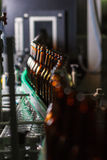 Garrafas de cerveja na correia transportadora Imagem de Stock