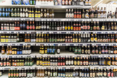 Garrafas de cerveja no suporte do supermercado Fotografia de Stock