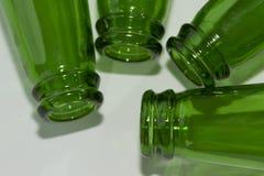 Garrafas de cerveja verdes vazias no fundo branco Imagem de Stock