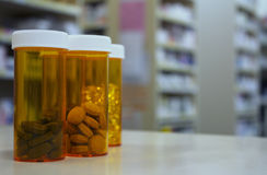 Garrafas de comprimido em um contador da farmácia no dispensário Fotografia de Stock