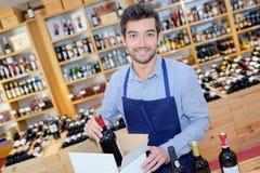 Garrafas de empacotamento do comerciante de vinho na caixa imagem de stock
