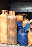 Garrafas de gás do cilindro para o reenchimento e a fonte imagem de stock royalty free