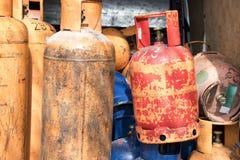 Garrafas de g?s do cilindro para o reenchimento e a fonte fotos de stock royalty free